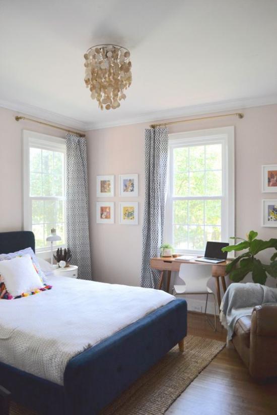 Multifunktionale Räume gemütliches Schlafzimmer grüne Pflanzen viel Licht Schreibecke vor dem Fenster