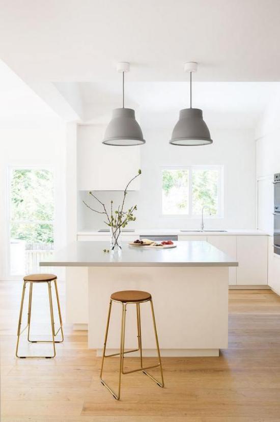 Multifunktionale Räume weißer Raum viel Licht Eleganz im Design weiße Kücheninsel zwei Hocker