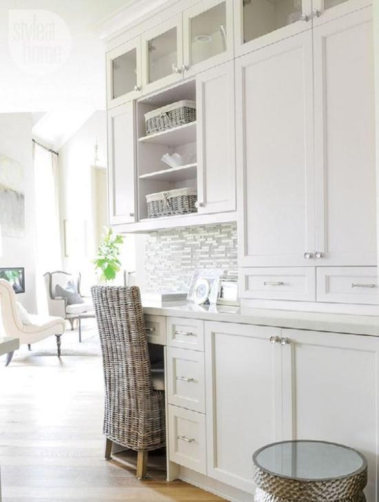 Multifunktionale Räume weißes Ambiente Wohnbereich im Hintergrund Arbeitsecke vorne weiße Schränke komfortabler Stuhl