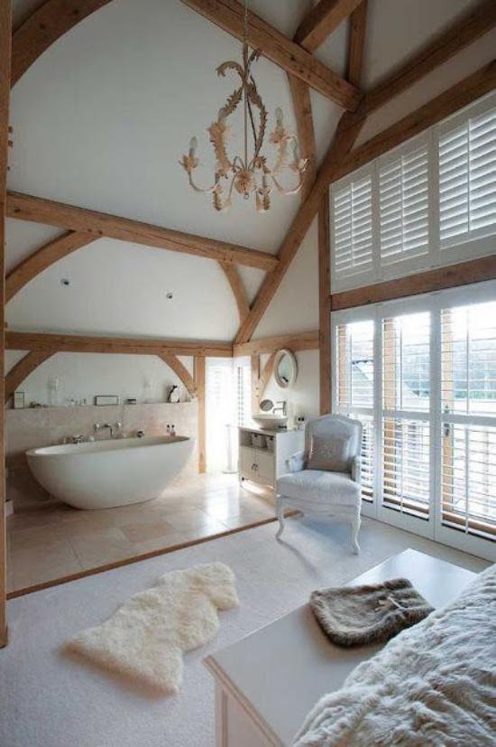 Multifunktionale Räume weißes Schlafzimmer im Landhausstil Badewanne Kronleuchter Deckenbalken aus Holz