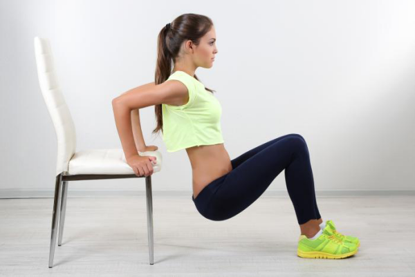 Sport zuhause Übungen mit einem Stuhl