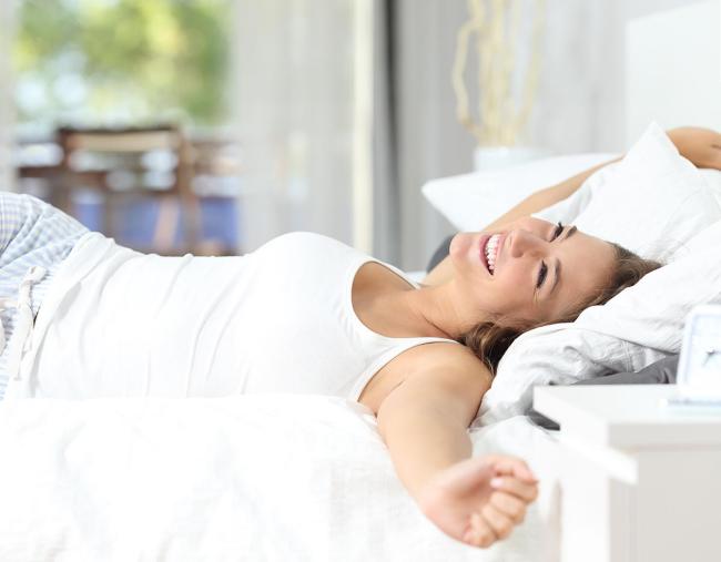 Stress vermeiden während Coronavirus Pandemie ausreichend Nachtschlaf munter in den Tag starten