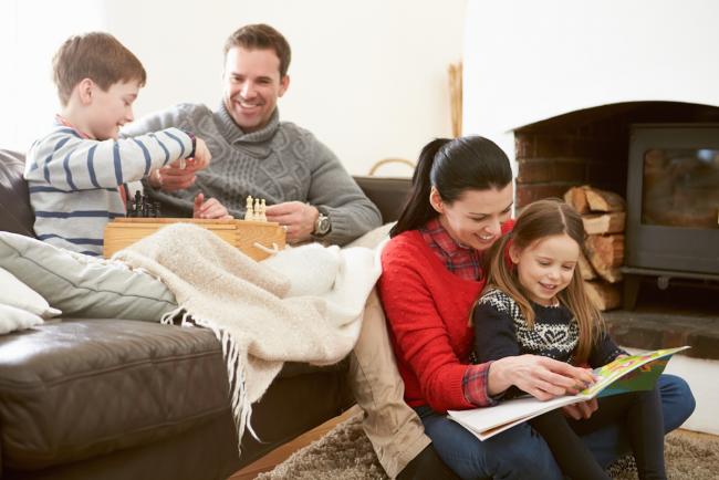 Stress vermeiden während Coronavirus Pandemie mit den Kindern Schach spielen Bücher lesen die Zeit zusammen genießen