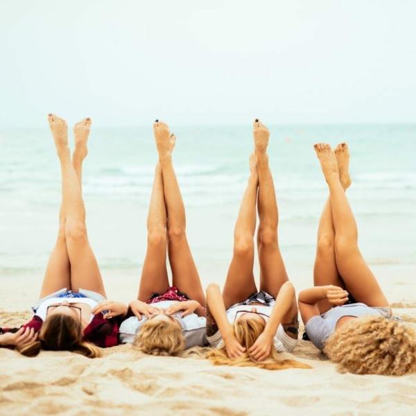 Sugaring selber machen Frauen am Strand glatte Beine