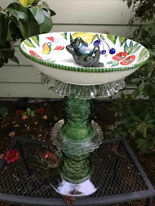 diy vogeltränke aus porzellanteller und glas