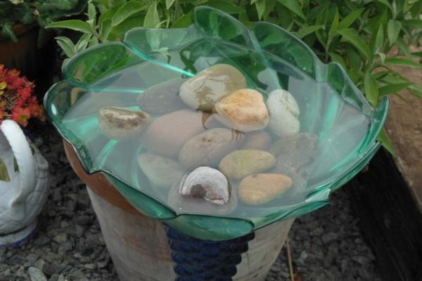 glasschale diy vogeltränke mit steinen