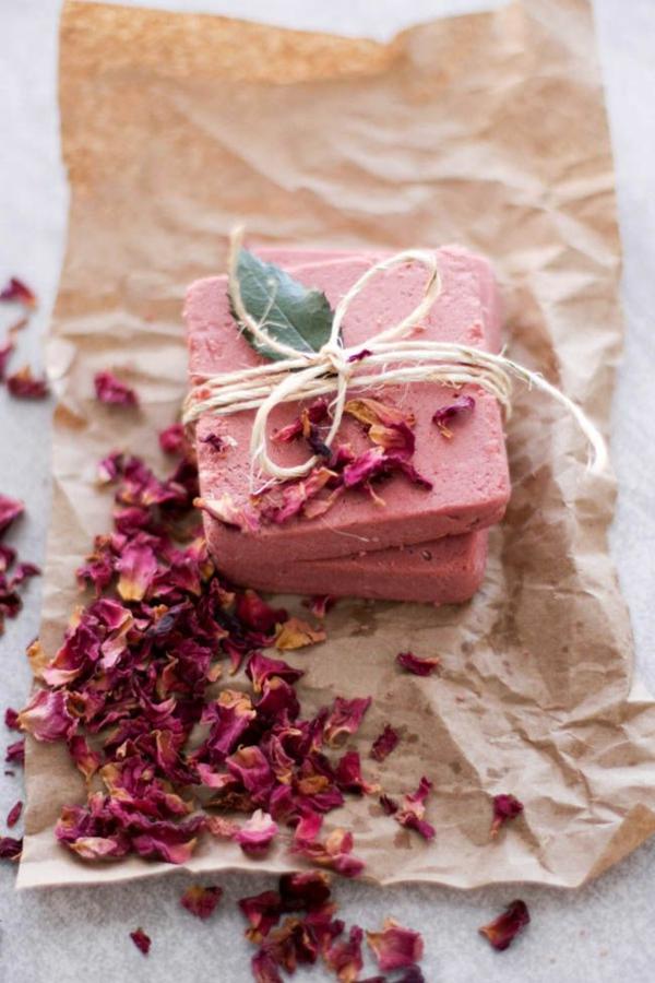 haarseife selber machen mit rosenblüten