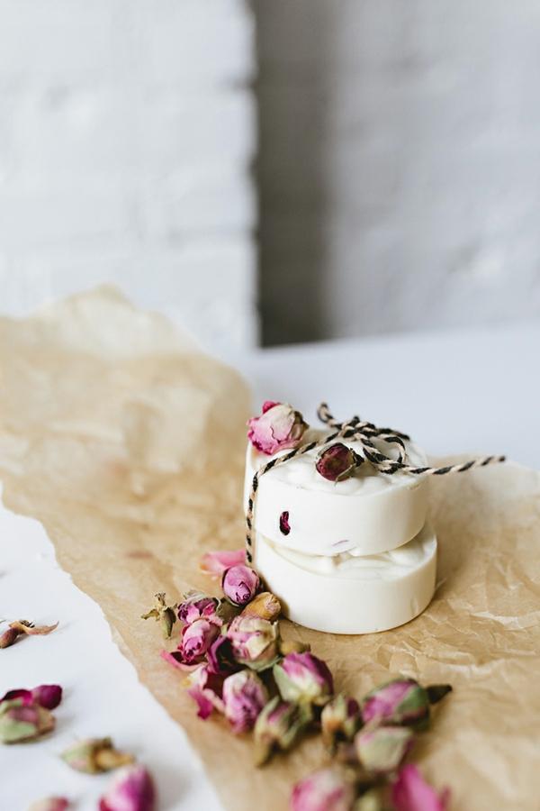 handgemachtes festes shampoo mit rosenblüten