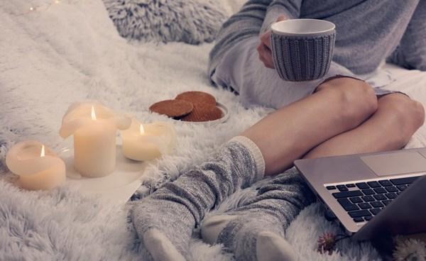 kuschlige Decke auf dem Bett - cocooning