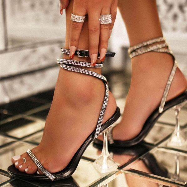 schöne sandalen - hohe und sehr elegante glanzvolle damenschuhe
