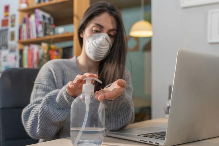 vor Coronavirus schützen Mundschutz Maske zu Hause tragen ja oder nein Desinfektionsmittel benutzen
