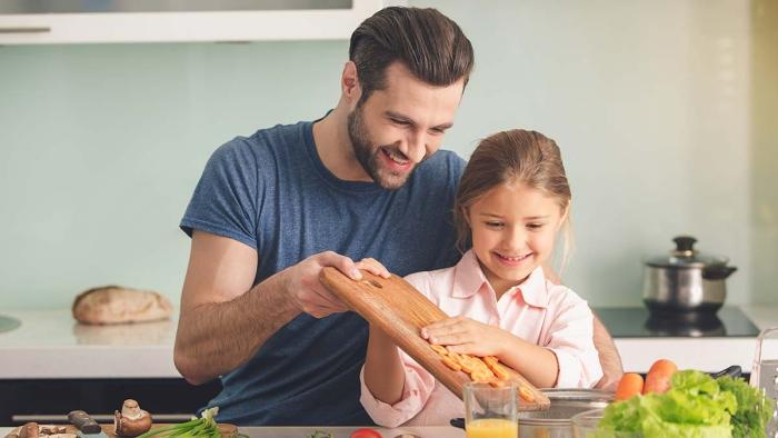 vor Coronavirus schützen Vater Tochter zu Hause viel Zeit zusammen verbringen