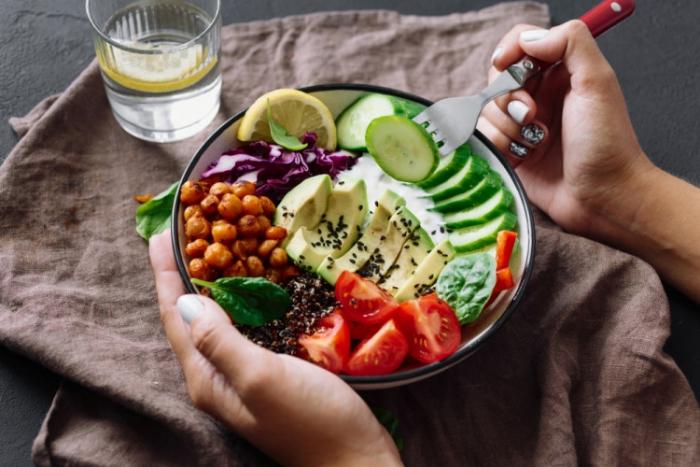 vor Coronavirus schützen abwechslungsreiches und vitaminreiches Essen zu sich nehmen