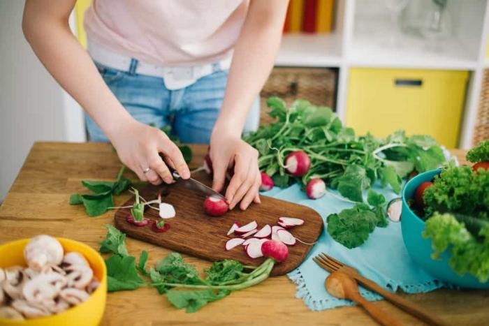 vor Coronavirus schützen frisches Gemüse Salat zubereiten in der Küche