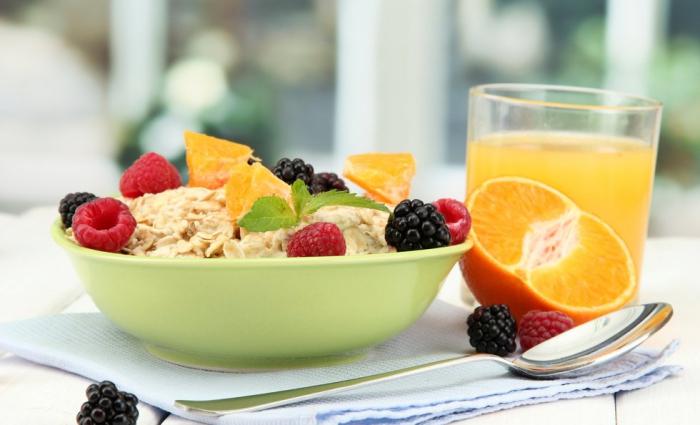 vor Coronavirus schützen morgens ein gesundes vitaminreiches Frühstück zu sich nehmen