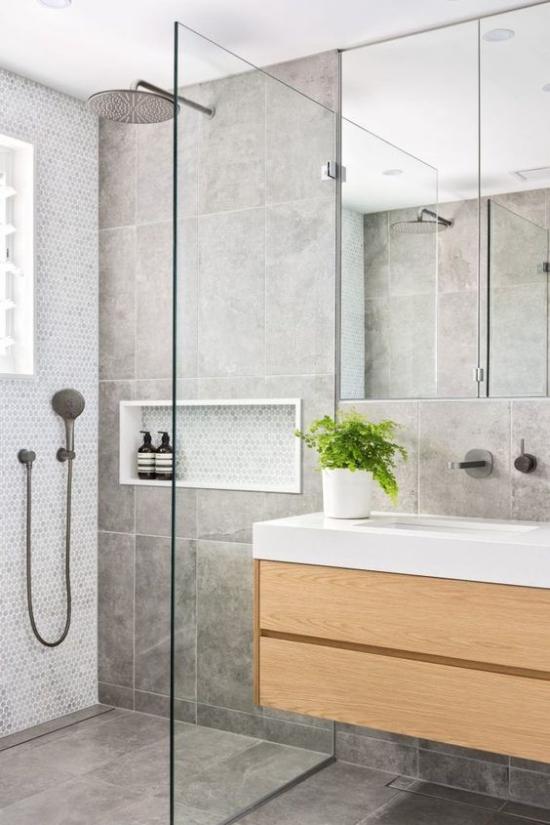 Baddesigns in Grau Duschecke Glaswand Spiegel Waschtisch aus Holz