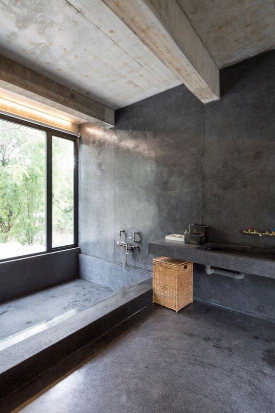 Baddesigns in Grau Industrial Style Betonwände Boden Deckenbalken großes Fenster Tageslicht Flechtkorb
