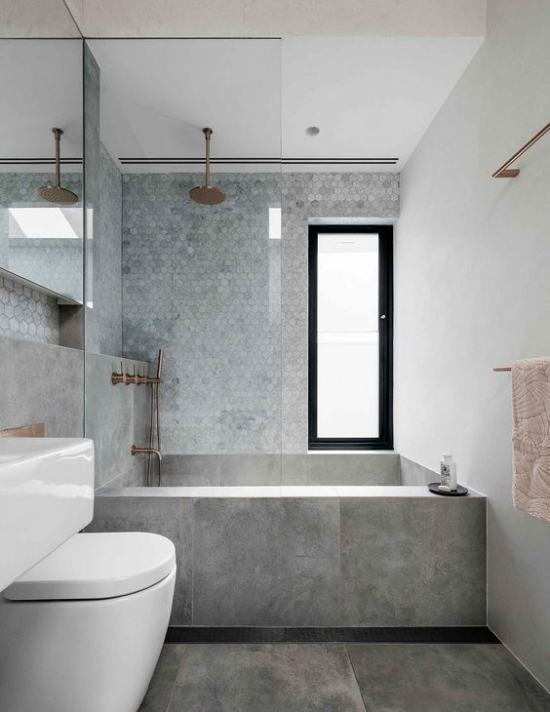 Baddesigns in Grau Minimalismus große Bodenfliesen kleine Fliesen in der Dusche Badewanne
