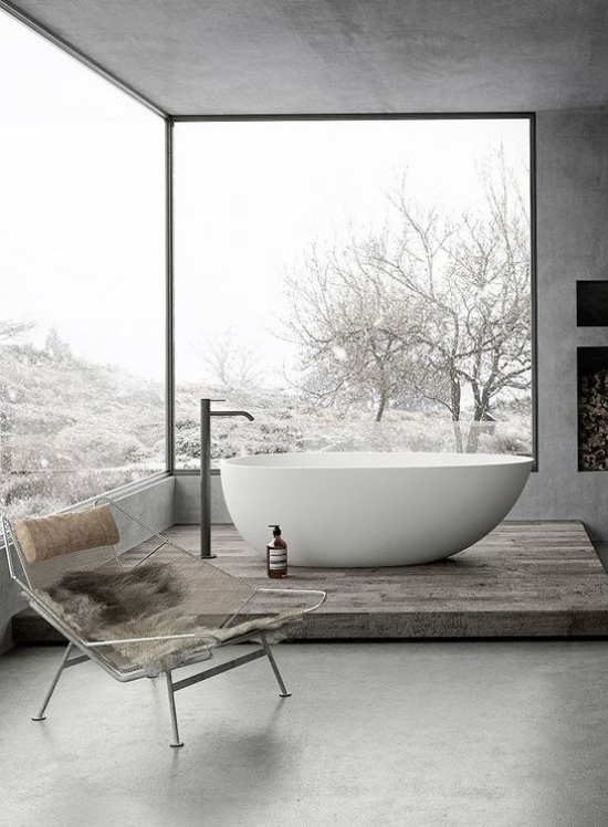 Baddesigns in Grau freistehende weiße Badewanne großes Fenster Podest Stuhl