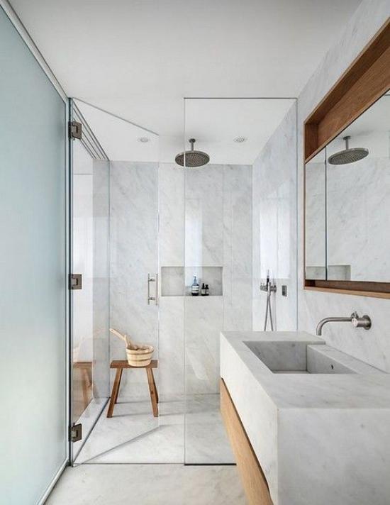 Baddesigns in Grau graues Badezimmer Duschecke Glaswand drei hölzerne Akzente