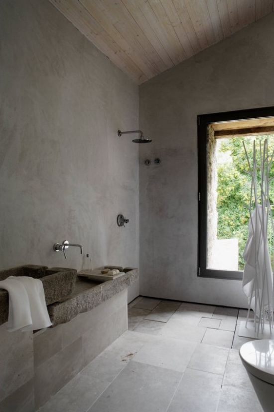Baddesigns in Grau in Vintage Stil Bodenfliesen Waschtisch Stein großes Fenster
