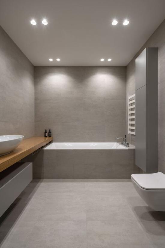 Baddesigns in Grau modernes Bad Grau dominiert weiße WC Schlüssel Wanne eingebautes Licht