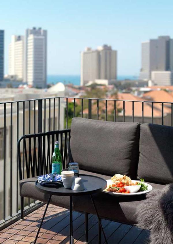Balkon-Sofa mit einer Stadtaussicht