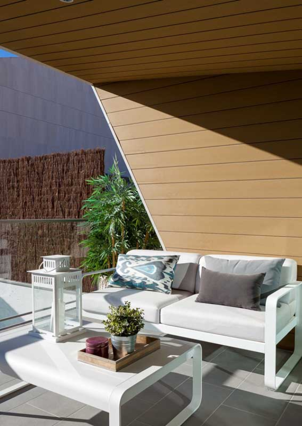 Balkon-Sofa - weiße Möbel - Minimalismus im Sommer