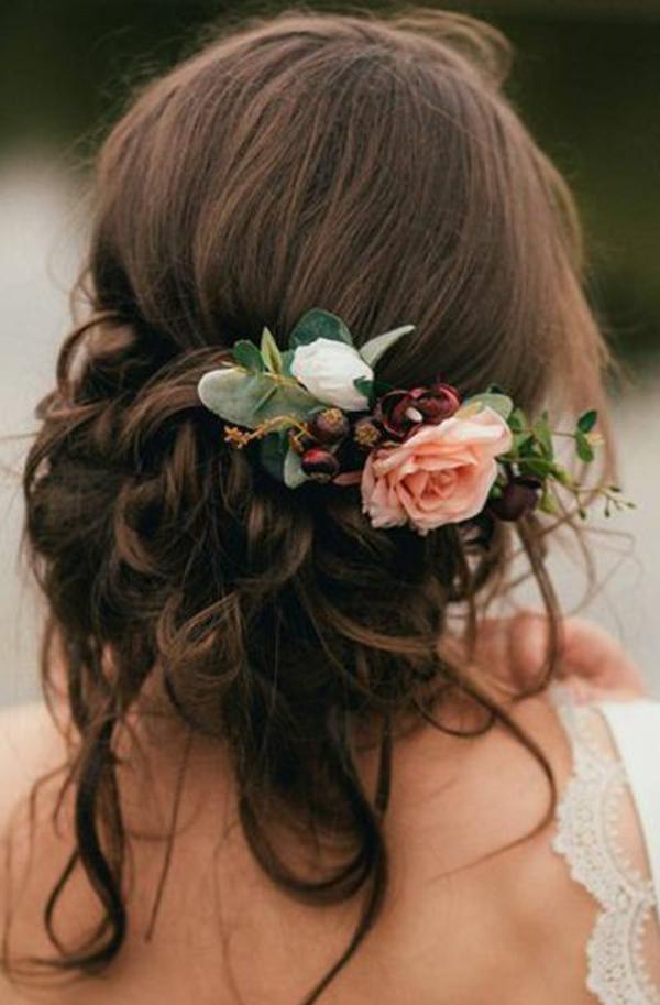 Brautfrisur halboffen mit Blumen Rosen Frühlingsblumen