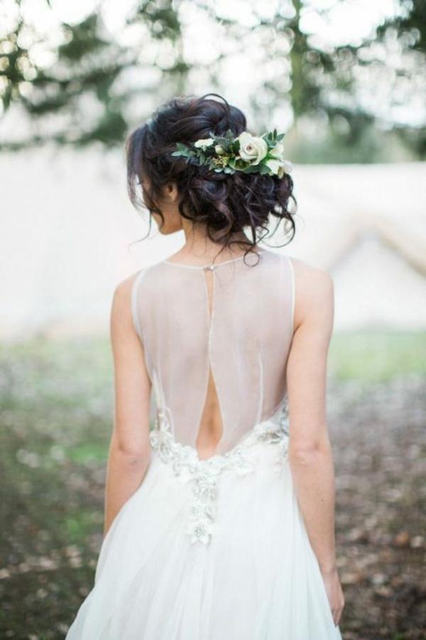Brautfrisur hochgesteckt mit Blumen Hochzeitskleid