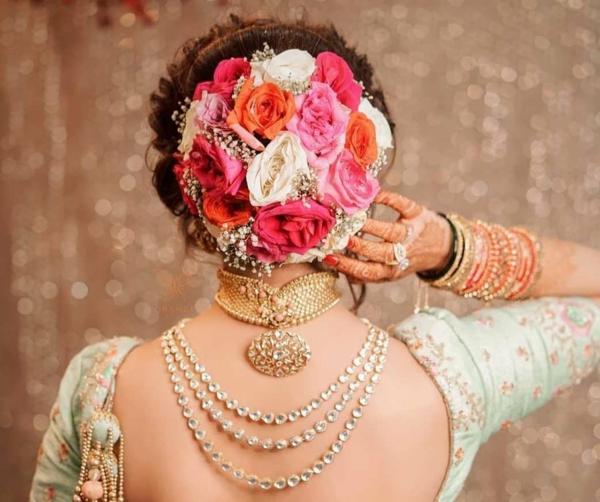 Brautfrisur hochgesteckt mit Blumen indische Hochzeit