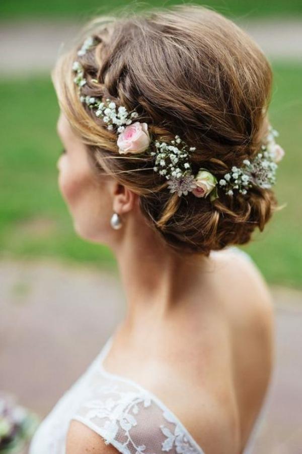 Brautfrisur hochgesteckt mit Blumen ohne Schleier
