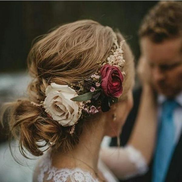 Brautfrisur hochgesteckt mit Blumen ohne Schleier romantisch