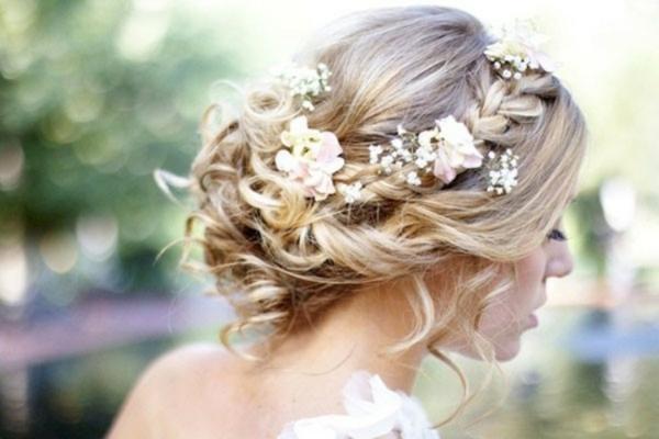 Brautfrisur hochgesteckt mit Blumen romantische Locken