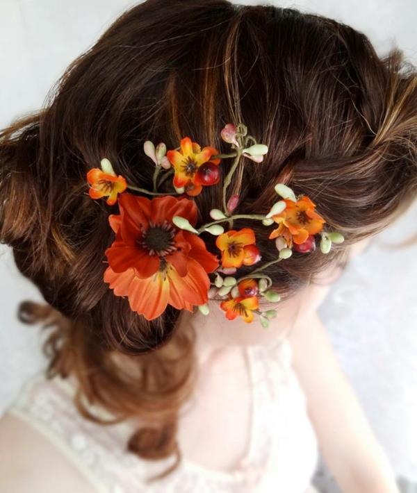 Brautfrisur hochgesteckt mit Blumen seitlich