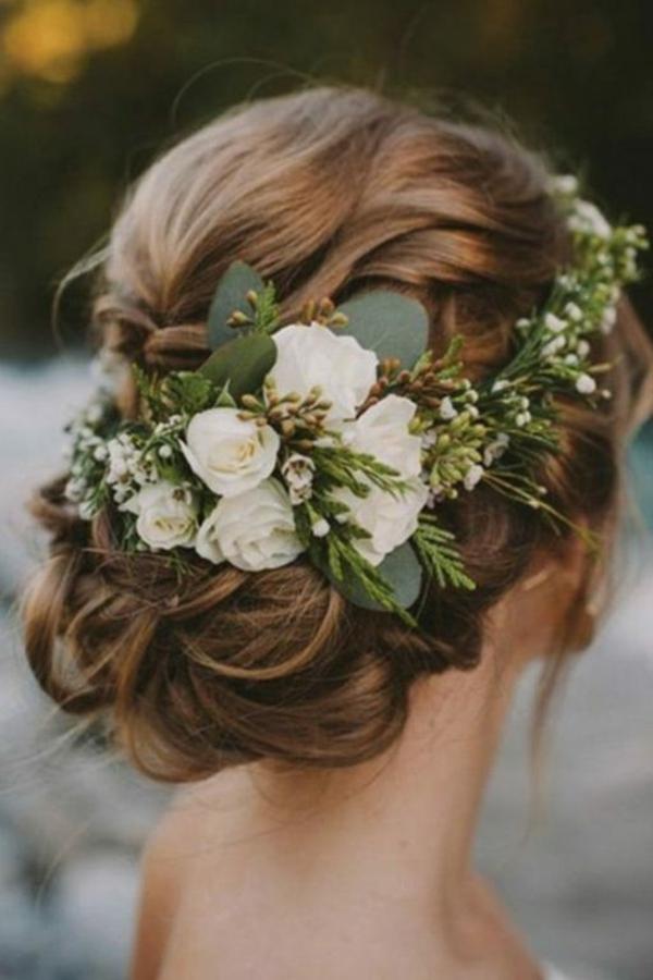 Brautfrisur hochgesteckt mit Blumen weiße Rosen