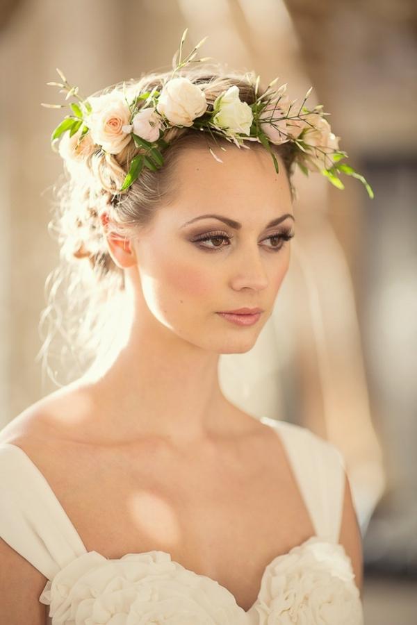 Brautfrisur mit Blumen Blumenkranz Rosen weiß
