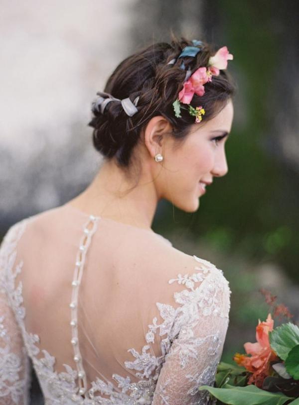 Brautfrisur mit Blumen Flechtfrisur