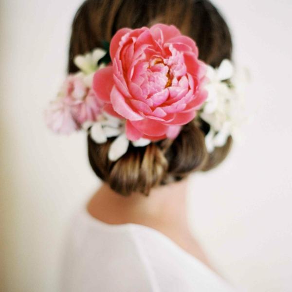 Brautfrisur mit Blumen Hortensie Riesenblumen