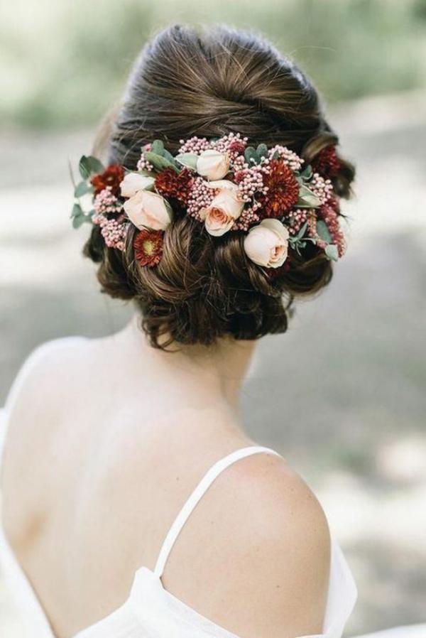 Brautfrisur mit Blumen Rosen Frühlingsblumen