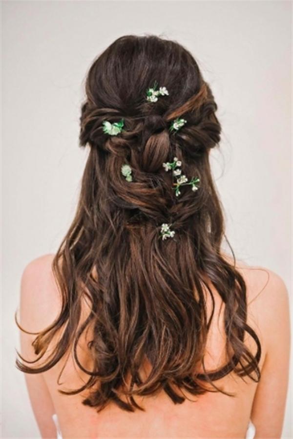 Brautfrisur mit Blumen halboffen lang