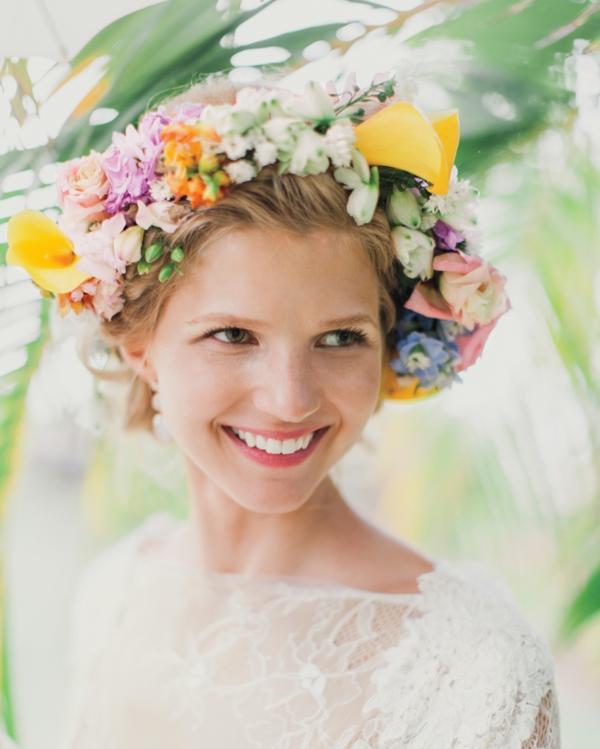 Brautfrisur mit Blumen hochgesteckt Blumenkranz farbig