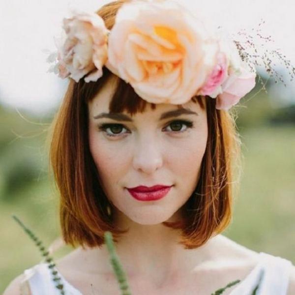 Brautfrisur mit Blumen kurze Haare Riesenblumen