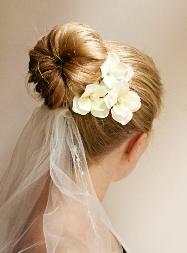 Brautfrisur mit Blumen mit Schleier Kunstblumen Dutt