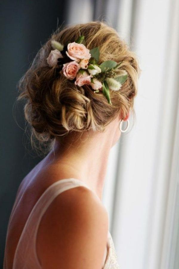 Brautfrisur mit Blumen ohne Schleier