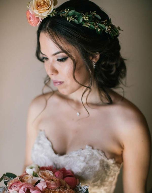 Brautfrisur mit Blumen ohne Schleier Blumenkrone