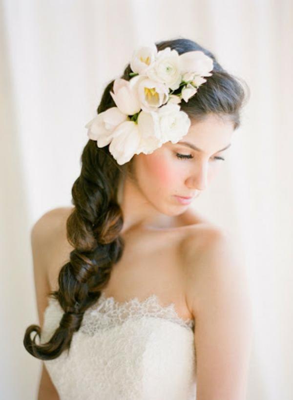 Brautfrisur mit Blumen ohne Schleier Flechtfrisur