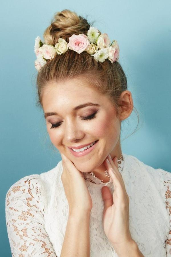 Brautfrisur mit Blumen ohne Schleier hochgesteckt Dutt