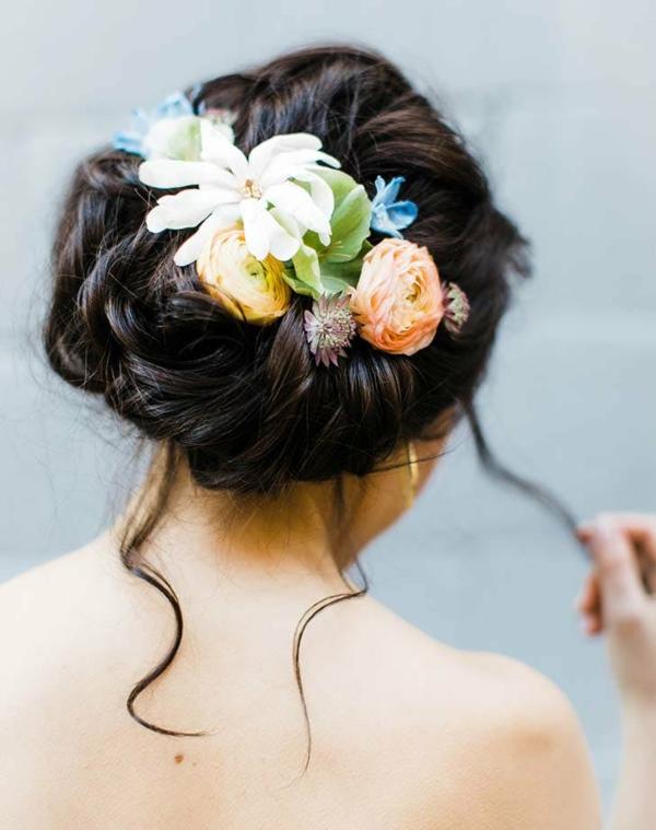 Brautfrisur mit Blumen ohne Schleier hochgesteckt Frühlingsblumen