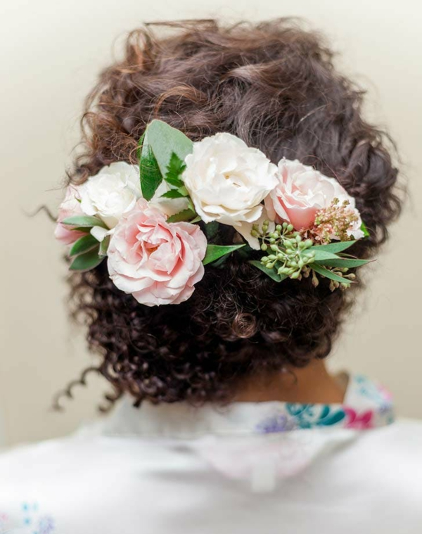 Brautfrisur mit Blumen ohne Schleier hochgesteckt Kunstblumen